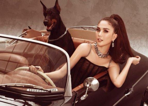 Ngọc Trinh hóa thân thành quý cô sang chảnh, khoe thần thái đỉnh cao với thú cưng và xế hộp tiền tỉ