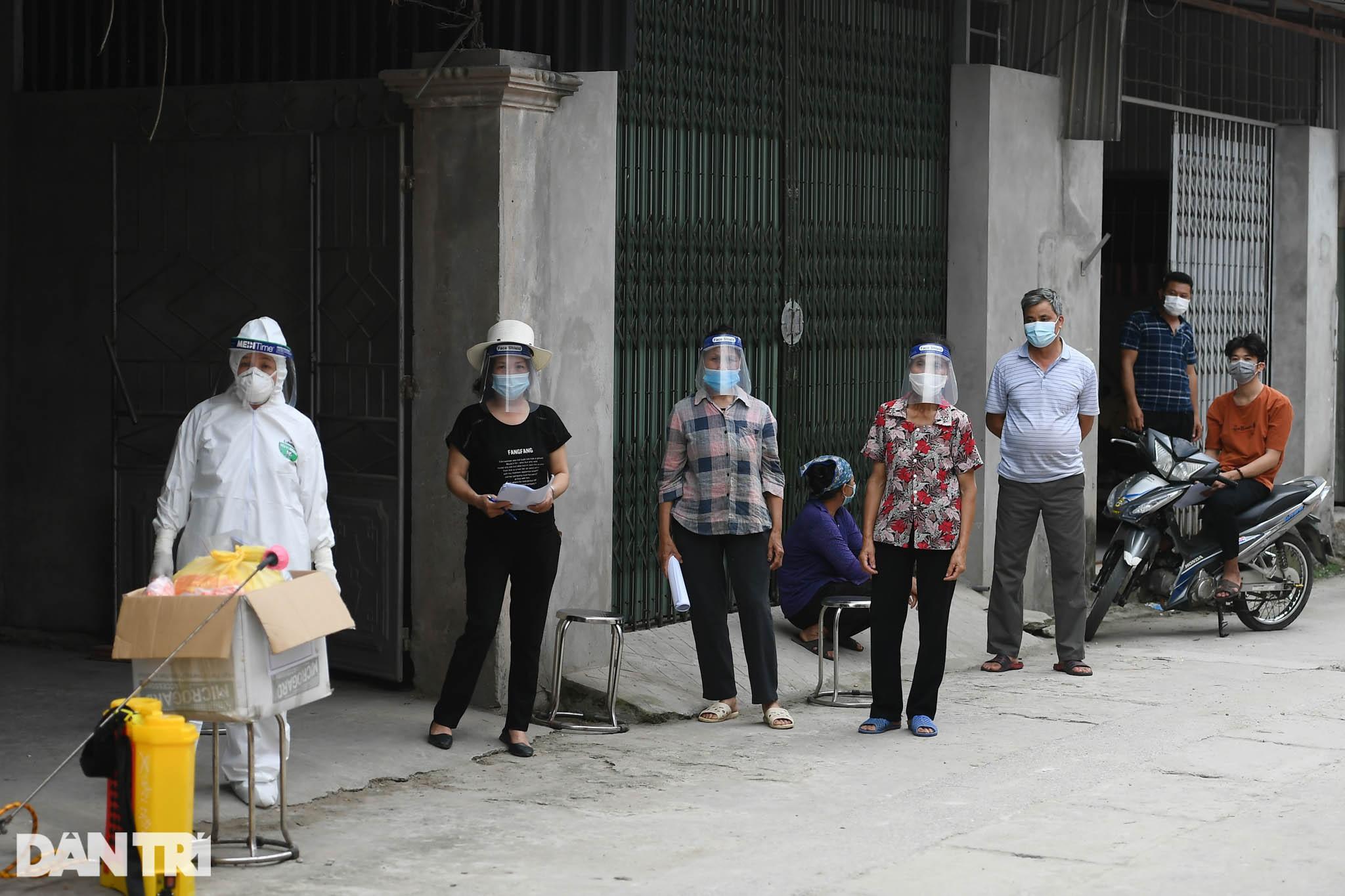 Cuộc sống người dân khu dân cư cách ly ở Hà Nội: 'Cầu trời cho dịch bệnh qua nhanh để mọi thứ trở lại bình thường'
