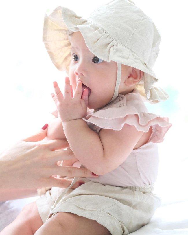 Tan chảy với hình ảnh con gái Lisa của Hà Hồ trong bộ ảnh kỷ niệm tròn 6 tháng tuổi