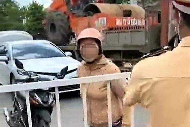 Người phụ nữ náo loạn ở chốt kiểm dịch